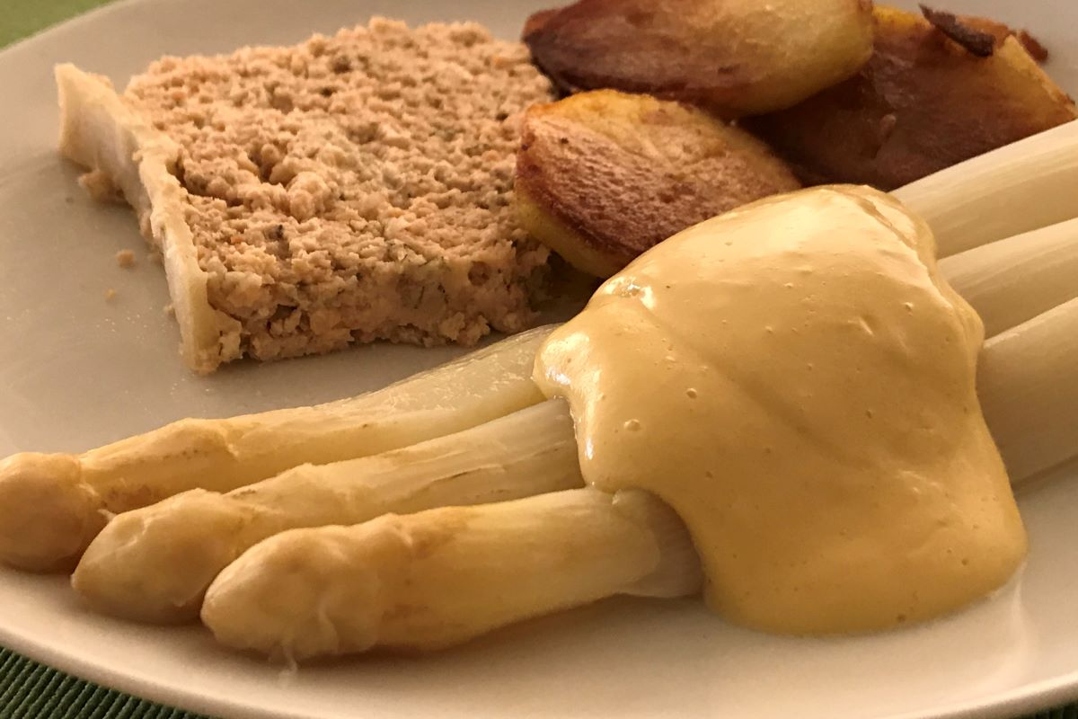 Bearnaise sauce with vegetable oil and lower fat content and salmon pate en croute ©️ Nel Brouwer-van den Bergh